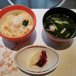 82041800 - 蟹の炊き込みご飯、お味噌汁、お漬け物