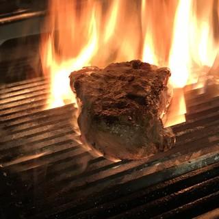 紀州備長炭で焼き上げる炭火焼き料理を贅沢にコースとして