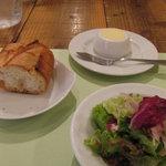 プレゴ ドゥエ - カリカリのパンと、サラダ