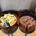 天ぷら さいとう 博多 - カウンターの漬物とイカ塩辛