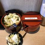 天ぷら さいとう 博多 - 漬物を小皿に取り分け
