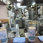 たいめいけん らーめんコーナー - カウンター席から見える厨房の風景