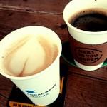 82078697 - カフェラテとコーヒー。