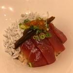 サクラ食堂 - 釜揚げシラスとまぐろ漬けの漁師ごはん定食 お惣菜セット 1280円。