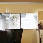 ロンネフェルト・ティ・サロン・名古屋 - 窓際にはゆったりしたカウンターもある