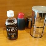 ラーメン二郎 - 黒烏龍茶と卓上調味料