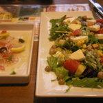 8209868 - チーズとアボカド・トマトのサラダと、カルパッチョ。