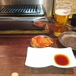 プコチーニ - コンロとたれ皿、白菜キムチ、トング、取り皿