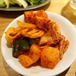 焼肉ホルモンブンゴ - キムチ盛り合わせ
