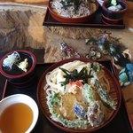 どん平 - 天ざるうどん  春には山菜天ぷらのサービスも!この日はタラの芽入り!