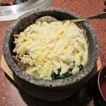 焼肉レストラン 鶴松 - チーズタッカルビビビンバ。780円+税