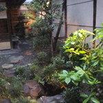 8210966 - バーカウンターから中庭を眺める