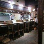 美麗酒場 couta - お店はカウンターと個室感覚のするテーブル席、今回は4人だったので入り口に近いテーブル席で食事をいただきました。