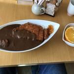 かめや - 料理写真:カツカレー(サラダと飲み物が付いて760円)