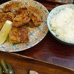 チャリチャリ - 若鶏のからあげ定食(ごはん、味噌汁、副菜、サラダ)842円税込