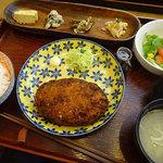 チャリチャリ - めんちカツ定食(ごはん、味噌汁、副菜、サラダ)864円税込
