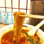 辛麺屋一輪 - 半透明のこんにゃく麺 『こんにゃく麺とは、そば粉と小麦粉が主原料のこんにゃくによく似た食感の独特の麺のこと。食物繊維を多く含み、まさにダイエットに最適。』と。 本当にこんにゃくを使っている訳ではない。
