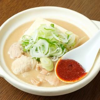 【度肝を抜く旨さ】土鍋たっぷりの特製もつ煮込み鍋は必食!