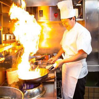 有名中華料理店で長年修業してきた腕利きのシェフ