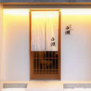 白を基調とし、光と影の織り成す空間