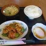 丸惣 - 料理写真:鶏と野菜の甘辛煮200円、おんたま80円、ご飯小150円、味噌汁70円   計500円