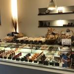 エピ・ド・ルージュ - ケーキのショウケース、パンも並んでいます(2018.3.8)