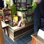新鶴本店 - 小さな店舗なのにお姉さん3人が忙しなく。次から次へとお客様が。