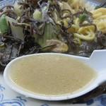井手ちゃんぽん - スープは豚骨です。