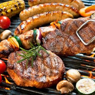 夜のBBQは厚切りのお肉とはじける炭酸でいかがでしょう!