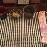 奥芝商店 - 最初にセッティングされるセット   金平には薬膳のスパイスがかかっています