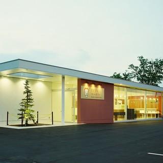 すぎうらベーカリー - 外観写真:美唄本店:国道12号線沿いにある白い建物です。駐車場も約20台スペースがございます。イートインスペースでドライブの休憩にパンと一緒にあたたかいコーヒーをどうぞ。