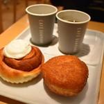 カフェデンマルク - オニオンソテーのビーフカレーパン&アメリカンシナモンロール