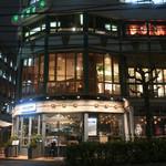 CAFE GITANE - お洒落で目立つ外観