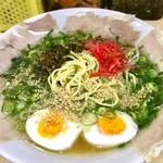 ひよこ - 高菜、紅生姜、そしてゴマをトッピングし、麺を露出させたビジュアル。まさに博多ラーメンって感じだ。ネギの下にもやしも隠れている。スープはあっさり目。