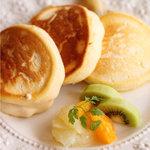 美菜ダイニング NICO - 料理写真:日本一美味しいパンケーキ リコッタチーズとメレンゲ入りフワフワパンケーキ バナナソテー添え ¥1,050