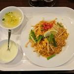 Thai Restaurant BASIL - パッタイ950円