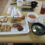 豆の蔵 - 料理写真:私も置いてあるトレーに様々な豆腐料理を少しづつ選んでテーブルに運んで来ました。