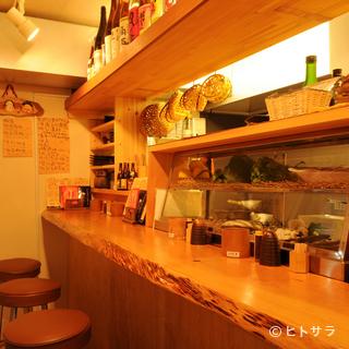 昭和歌謡曲が流れるカウンター8席の小さな個人店