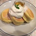 82152578 - パンケーキ ハチミツとホイップバター