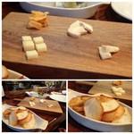 ロベール・エ・ルイーズ - ◆仏産チーズの盛り合わせ(1000円)、薄切りにして焼いたパンが付きます。 量は少なめですが、美味しいチーズです。