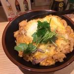 焼鳥のヒナタ - もつ入り親子丼 580円