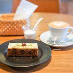 アカツキコーヒー - キャロットケーキ、カプチーノ