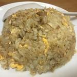 中華料理 新三陽 - この半チャーハンはしっかりめに炒めた飯です
