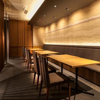 落ち着いた空間。個室や小人数様向けの壁仕切りのある空間など。