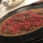 82175835 - レモンステーキ。お肉は鉄板の熱で徐々に仕上がっていきます。