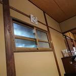 カレーと珈琲の店 ピリカ - 内観写真:厨房からの小窓