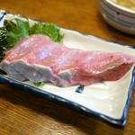 もつ焼きカミヤ - 天然ぶり刺 ¥400