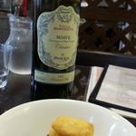 ブランディーノ - ワインボトルの白通常2,200円が1,100円とチーズフライ400円