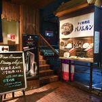 パノムルン - アーケード街の一階の店の入り口には食品サンプルが。