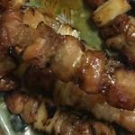 ボーンミート - もも串  上手くチンして上手く焼けば美味しく出来上がる。       美味いなーーー妻も娘もニッコニコ。       息子がベトナムで買ってきたチリソースにタレと一味唐辛子混ぜた即席辛タレがいい仕事しやがる。